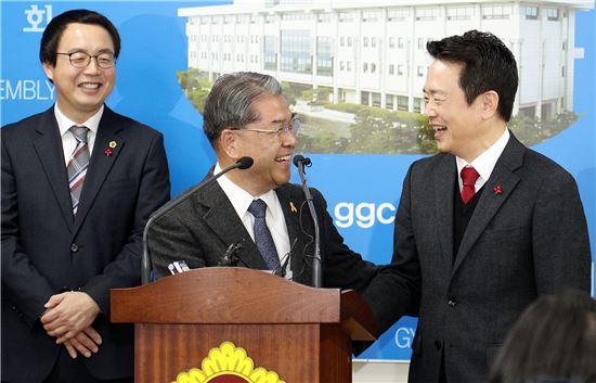 남경필 경기지사(오른쪽)와 이재정 경기도교육감(중앙)이 두 기관의 내년 교육협력사업에 합의한 뒤 환하게 웃으며 악수하고 있다.