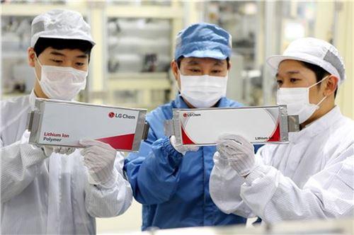 충북 청주시 소재 LG화학 오창공장에서 임직원들이 생산된 배터리 셀을 점검하고 있다