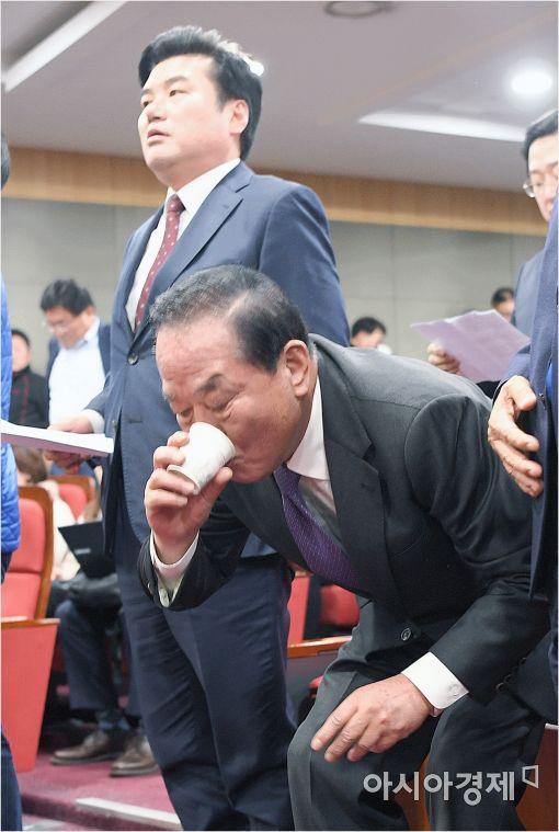 [포토]목 축이는 서청원 의원