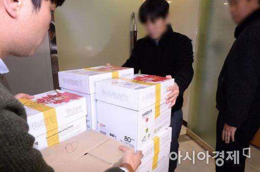 [포토]'최순실 국정농단' 수사 자료 옮기는 특검 관계자들