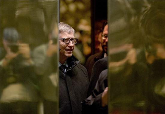 빌 게이츠 마이크로소프트 창업자가 13일(현지시간) 도널드 트럼프 미 대통령 당선자를 만나기 위해 트럼프 타워의 엘리베이터에 탑승했다.(사진=AP연합)