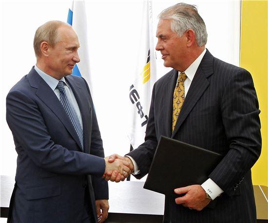 ▲렉스 틸러슨 엑손모빌 CEO(오른쪽)가 2012년 계약을 체결하며 블라디미르 푸틴 러시아 대통령과 악수하고 있다. (AP=연합뉴스)
