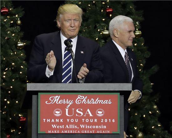 도널드 트럼프 미국 대통령 당선자가 13일(현지시간) 마이크 펜스 부돝령 당선자와 당선 감사 유세를 하고 있다. (사진=AP연합)