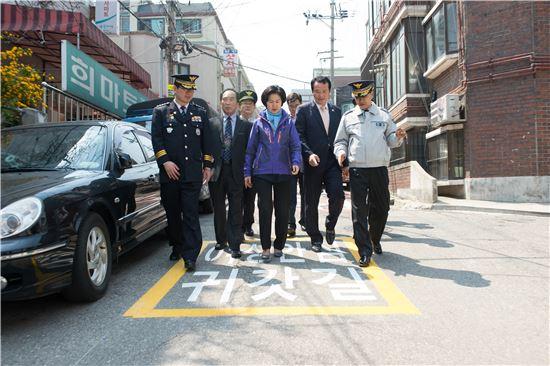 신규 조성된 여성안심귀갓길을 살펴보는 김수영 양천구청장