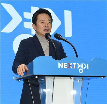 남경필 경기지사가 14일 의정부 경기북부청사에서 열린 월례조회에서 촛불집회 참석 등에 대해 이야기하고 있다.