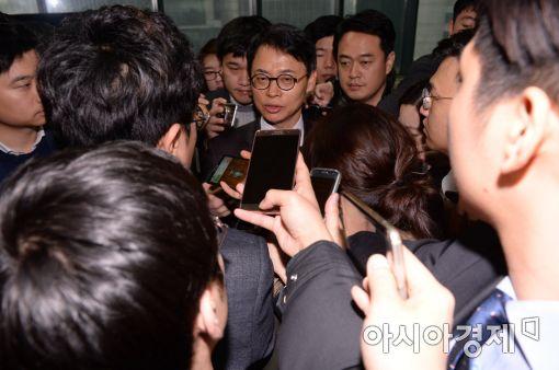[포토]취재진에 둘러싸인 이규철 특검 대변인
