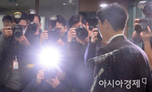 [포토]퇴장하는 이규철 특검 대변인