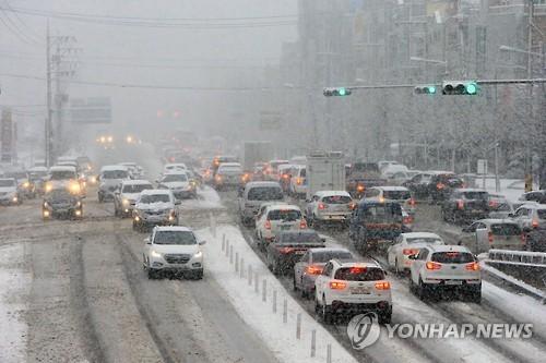 14일 오전 대설특보가 내려진 강원 속초시내 도로가 출근길 차량으로 체증을 빚고 있다. (사진=연합뉴스)