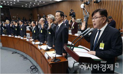 ▲김영재 의원(맨 오른쪽)이 3차 청문회에서 증인 대표 선서를 하고 있다.