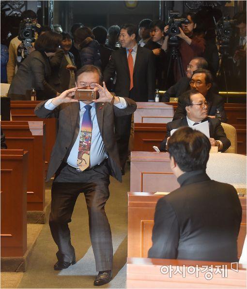 [포토]사진찍어주는 민경욱 대변인