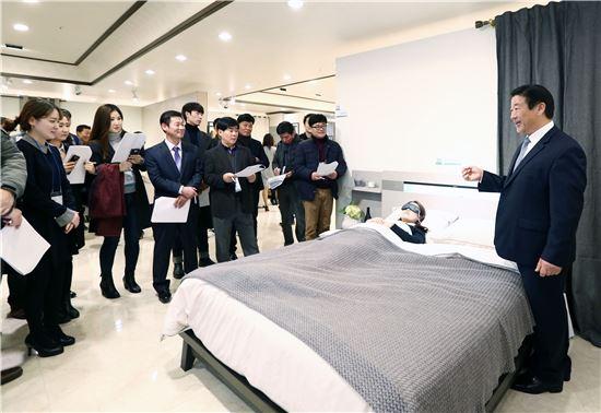 김경수 에몬스 회장이 대리점주들에게 제품을 설명하고 있다.(사진=에몬스)