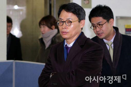 [포토]외출하는 이규철 특검 대변인