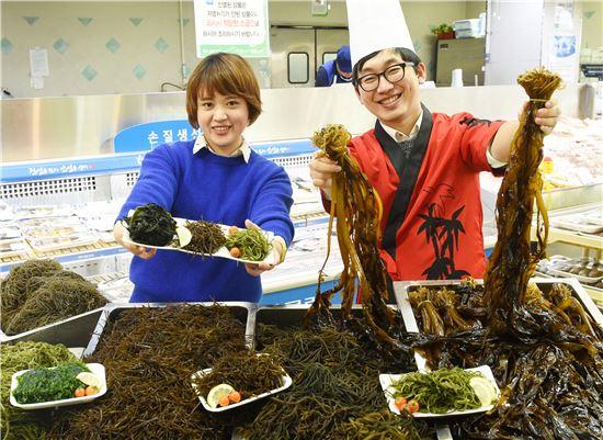 14일 서울 서초구 농협하나로마트 양재점에서 모델들이 겨울철 면역력 강화와 미세먼지 배출에 좋은 '바다 비타민' 해조류를 선보이고 있다.
