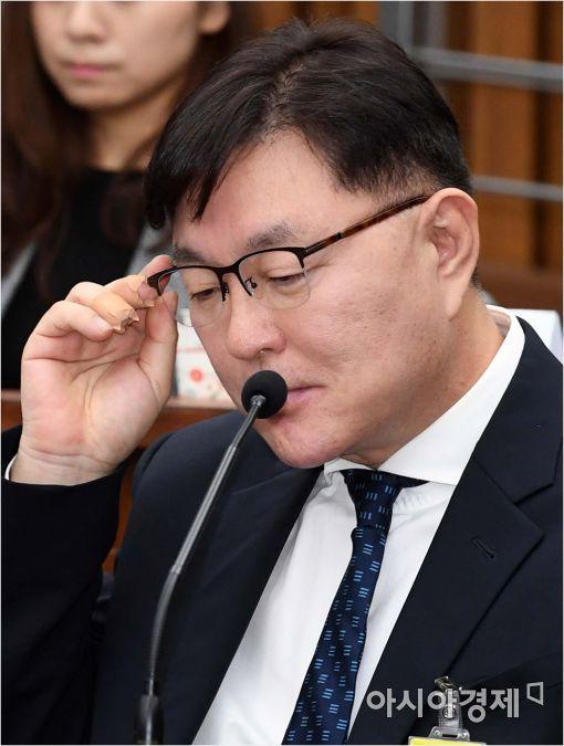 [포토]안경 고쳐쓰는 김영재 원장