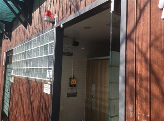 비상벨과 이상음원감지기가 설치된 배봉산공원 화장실