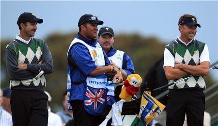 제프 오길비(왼쪽)와 로버트 앨런비가 2011년 프레지던츠컵 포섬매치 도중 대회를 하고 있는 모습.