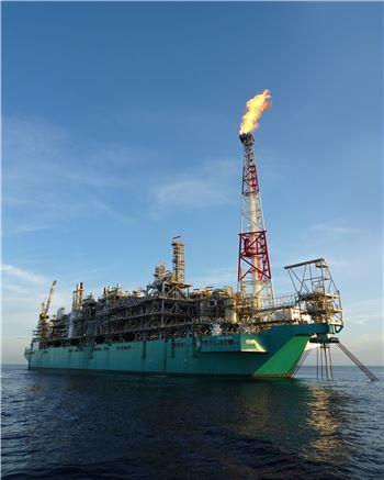 대우조선해양이 건조한 세계 최초 FLNG가 말레이시아 사라와크주에서 180Km 떨어진 카노윗 해상 가스전에서 첫 LNG 생산에 성공했다.  (사진은 기사 내용과 관계없음)