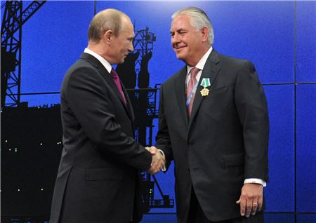 오거스타 회원 출신으로 미국 국무장관에 지명된 렉스 틸러슨 엑손모빌 회장(오른쪽)이 2012년 블라디미르 푸틴 러시아 대통령으로부터 훈장을 받은 뒤 악수하고 있는 모습.