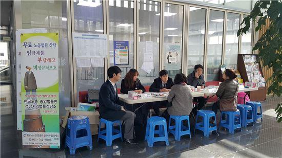 길거리 무료법률상담소를 찾은 시민들이 상담을 받고 있다.