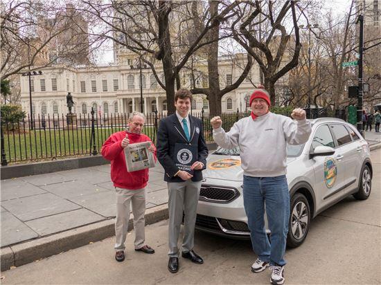 기아차 니로가 최고 연비로 기네스 세계 신기록 인증서를 수여 받는 장면. 오른쪽부터 운전자 웨인 거디스, 기네스 월드레코드 관계자, 공동운전자 로버트 윙어