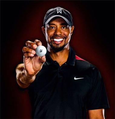 타이거 우즈가 새로 계약한 브리지스톤 B330-S 골프공을 들고 있다. 사진=트위터.