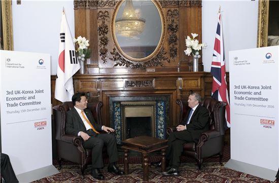 주형환 산업통상자원부 장관이 15일(현지시간) 오후 영국에서 진행된 '제3차 한영 경제통상공동위원회'에 앞서 리암 폭스 영국 국제통상부 장관과 면담하고 있다.