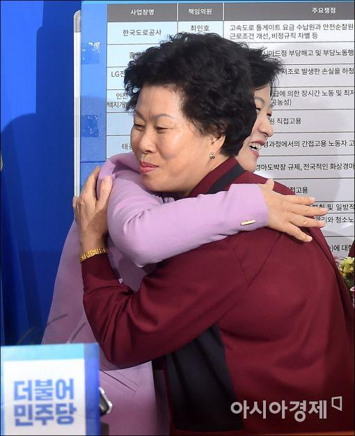 """[포토]""""추미애 대표님, 감사합니다"""""""