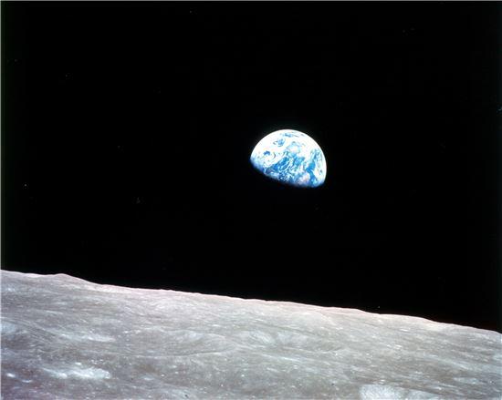 """미국 항공 우주국(NASA) 아폴로 8호가 1968년 12월 24일 달 표면 가까이에서 지구를 찍은 사진 AS8-14-2383HR는 '지구돋이'라는 이름이 붙어 인류에 큰 충격을 선사했다. 황무지 사진작가인 갤런 로웰은 이 사진을 두고 """"이제까지의 사진들 중 가장 영향력 있는 작품""""이라고 평가하기도. 사진 = 미국 항공 우주국(NASA)"""