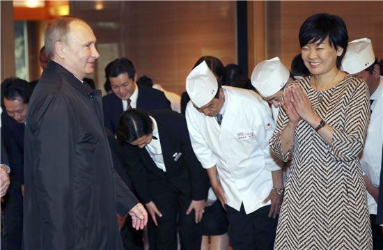 ▲16일 나가토의 온천여관에서 블라디미르 푸틴 대통령(왼쪽)을 보고 있는 총리 부인 아키에 여사. (AP=연합뉴스)