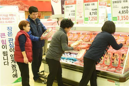 16일 서울 서초구 농협하나로마트 양재점에서 양계 농가를 돕고 닭고기의 안전성 홍보를 위한 '닭고기 소비촉진 할인행사'가 진행되고 있는 가운데 고객들이 닭고기를 구입하고 있다.