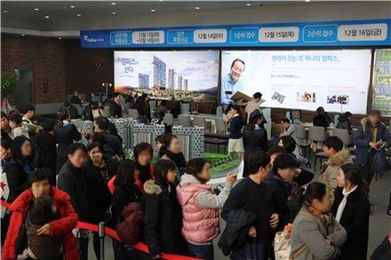 지난 9일 문을 연 '울산 송정 한라비발디 캠퍼스' 견본주택 내부가 방문객들로 붐비고 있다.(자료:한라)