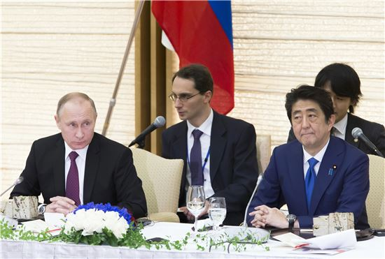 ▲블라디미르 푸틴 러시아 대통령(왼쪽)과 아베 신조 일본 총리. (AP=연합뉴스)