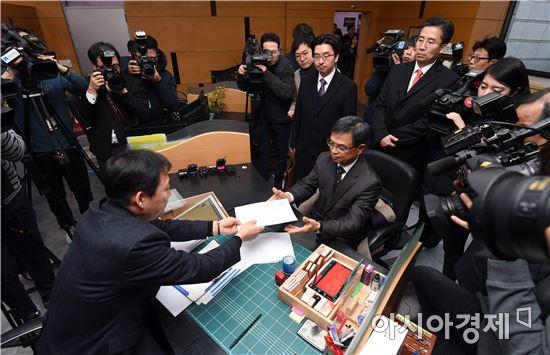 [포토]탄핵심판 답변서 제출하는 朴대통령 변호인단