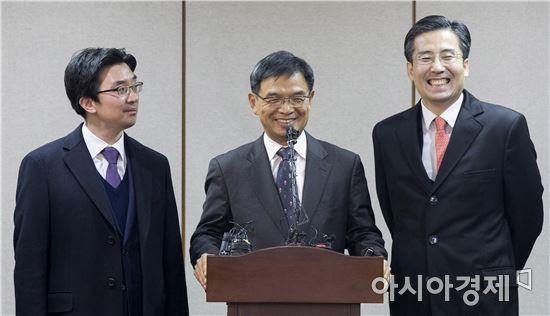 [포토]미소 짓는 대통령 법률 대리인단