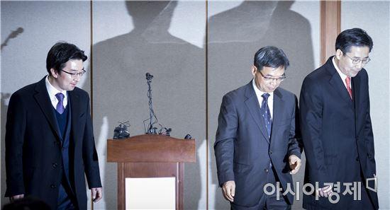 [포토]퇴장하는 박 대통령 법률 대리인단