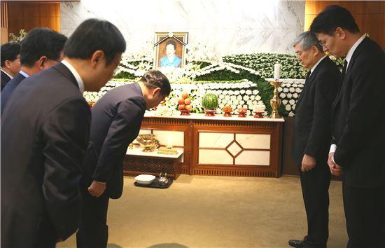 조양호 한진그룹 회장(오른쪽에서 두번째)이 16일 오후 서울 서대문구 연세대 세브란스병원 장례식장에서 모친인 김정일 여사의 빈소에서 조문객을 맞고 있다.