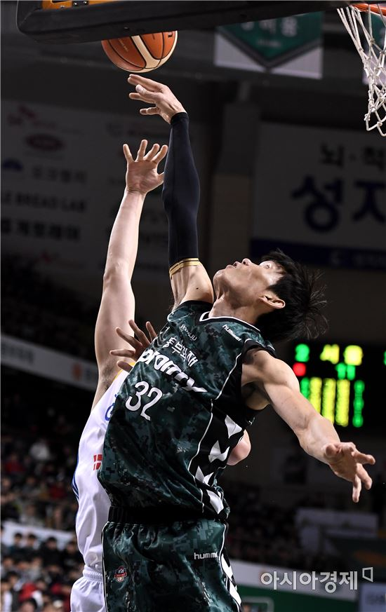 [포토]슛블록 하는 동부 김주성
