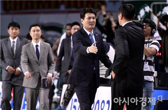 [포토]김영만 감독 '이 감독, 수고했어'