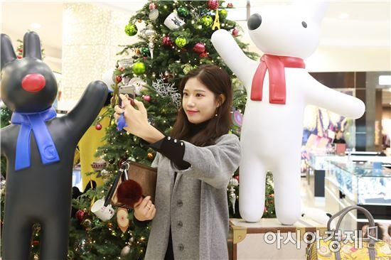 롯데백화점 광주점 1층 크리스마스 포토 존에서 고객이 기념 사진을 촬영하고 있다. 사진=롯데백화점 광주