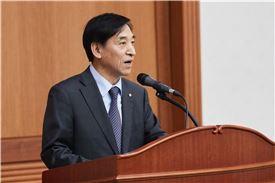이주열 한국은행 총재가 21일 한은 본관에서 출입기자단과 열린 송년기자간담회에서 질문에 답하고 있다.