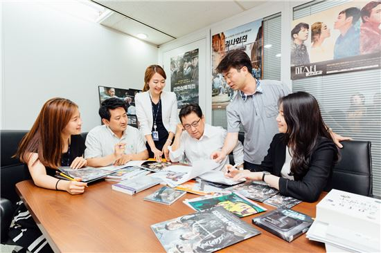 IBK기업은행 문화콘텐츠사업부 직원들이 '시나리오 검토회의'를 하고 있다. (사진 : 기업은행)
