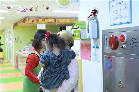 ▲박수민씨(22세)가 퇴근 후 서울 서대문구에 위치한 미혼모시설 구세군두리홈 내 공동육아방에서 22개월된 딸을 데려오고 있다.