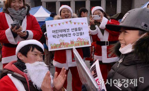 [포토]청년 산타클로스가 전하는 성탄 선물