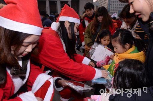 [포토]광화문에 나타난 청년 산타