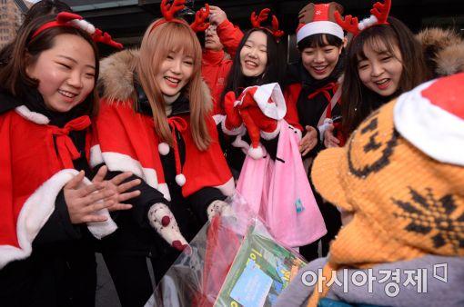 [포토]청년 산타가 전해주는 희망
