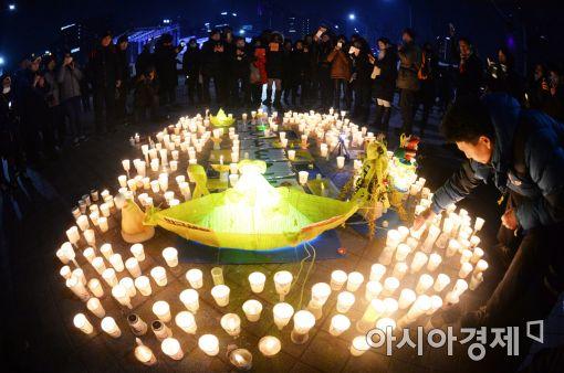 """""""박근혜 퇴진해야 메리크리스마스""""…전국 70만 촛불 타올라"""