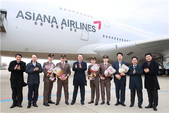 23일 오후 3시 인천국제공항 주기장에서 진행된 '아시아나항공 A380 6호기 도입행사'에서 김수천 아시아나항공 사장(왼쪽 다섯번째)을 비롯한 임직원들이 기념촬영을 하고 있다.