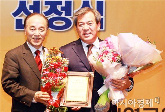 한국공공자치연구원(이사장 박우서)이 주관하는 '2016올해의 지방자치 CEO'에 유근기 곡성군수(오른쪽)가 전남 기초단체장 중 유일하게 선정되는 영예를 안고 기념촬영을 하고있다,