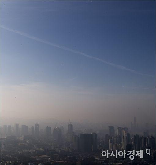 [포토]극명하게 대비되는 미세먼지와 푸른하늘