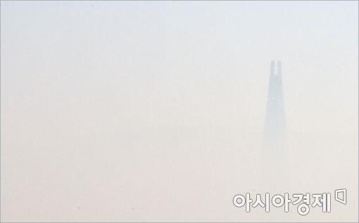 [포토]미세먼지에 갇힌 롯데월드타워